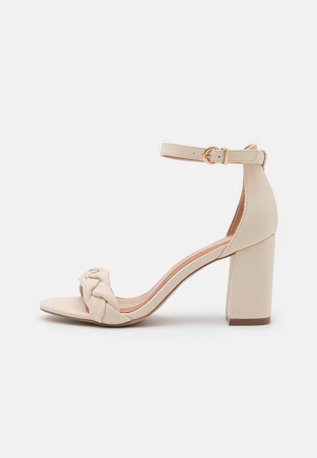 DEBBIE - Sandaler med høye hæler - cream