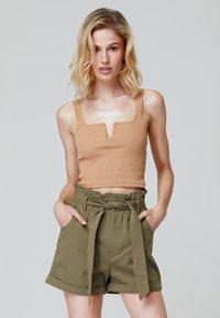 FELIPE ALBERNAZ - Shorts - khaki - 0