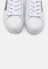 Guess - GALLIE - Sneaker low - white/silver - 5