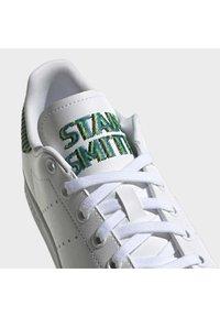 adidas Originals - STAN SMITH J UNISEX - Sneakers laag - ftwr white/clear brown/true orange - 8