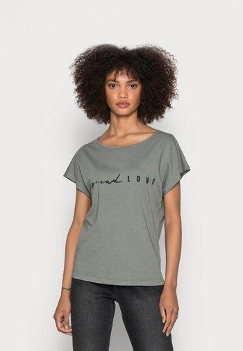 SHORT SLEEVE BOAT-NECK ARTWORK ON CHEST - Basic T-shirt - olive garden