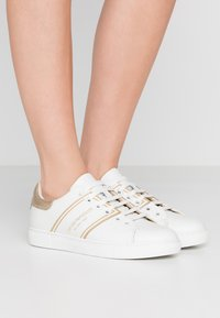 Emporio Armani - BELLA - Sneaker low - white/light gold - 0