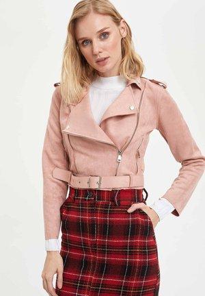 Imiteret læderjakke - pink