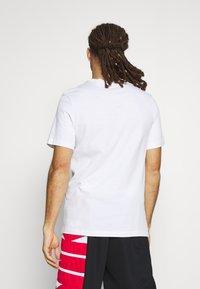 Nike Performance - ART TEE - T-shirt med print - white - 2