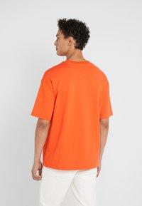 Tonsure - WILLIAM - Camiseta estampada - orange - 2
