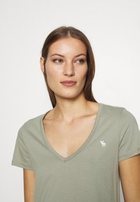 Abercrombie & Fitch - VNECK 3 PACK - Basic T-shirt - white/rose taupe/shadow - 6