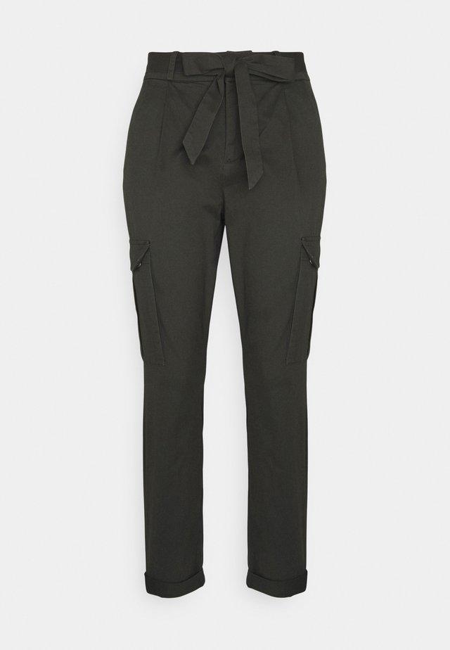 VMEVA PAPERBAG CARGO - Pantalones - peat