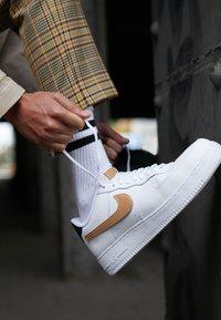 Nike Sportswear - AIR FORCE 1 '07 LV8  - Zapatillas - white/obsidian - 8