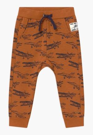GUSTAV - Teplákové kalhoty - terracotta