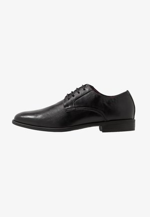 YENNIT - Veterschoenen - black