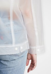 Levi's® - CLEAR BAGGY TRUCKERIN THE CLEAR - Regenjas - in the clear - 4