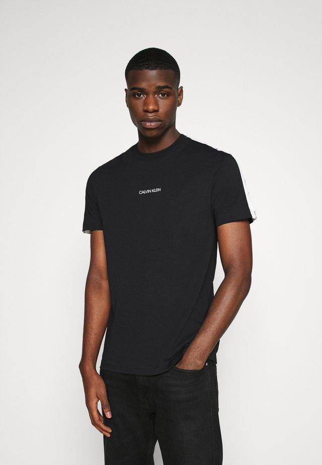 RUNNING LOGO TAPE - Print T-shirt - black