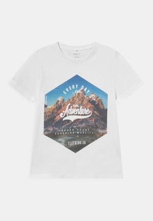 NKMKALMARO BOX - T-shirt con stampa - bright white