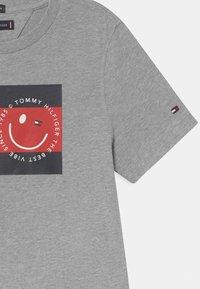 Tommy Hilfiger - FLAG SMILE UNISEX - Camiseta estampada - grey - 2