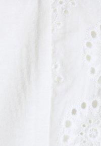 Vero Moda Petite - VMHOLLYN  PETITE - Print T-shirt - snow white - 2