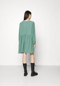 Monki - TORBORG DRESS - Vestito estivo - green irrydot - 2