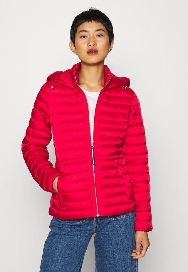 JADE ECO FILL - Lehká bunda - primary red
