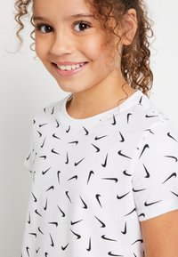 Nike Sportswear - CROP SWOOSHFETTI - Camiseta estampada - white/black - 3