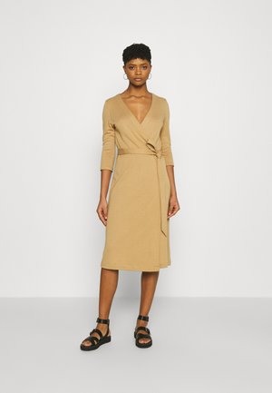 WRAP OVER COLLAR DRESS - Gebreide jurk - camel