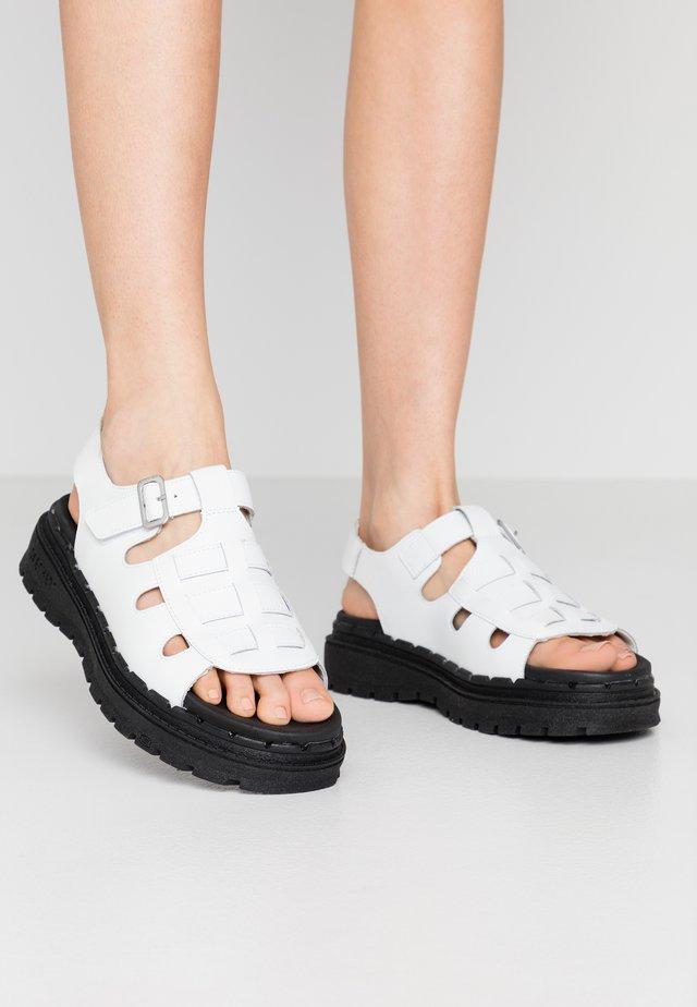 JAMMERS - Korkeakorkoiset sandaalit - white