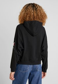 Champion Reverse Weave - SLEEVE LOGO HOODED - Langærmede T-shirts - black - 2