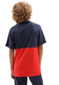 Vans - BY CHECK BLOCK S/S - Print T-shirt - dress blues/high risk red - 1