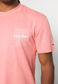 Tommy Jeans - REPEAT LOGO TEE - Print T-shirt - rosey pink - 5