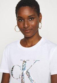 Calvin Klein Jeans - IRIDESCENT METALLIC LOGO TEE - Triko spotiskem - bright white - 3
