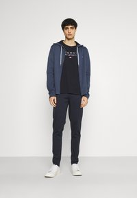 Tommy Hilfiger - STACKED FLAG TEE - Printtipaita - desert sky - 1