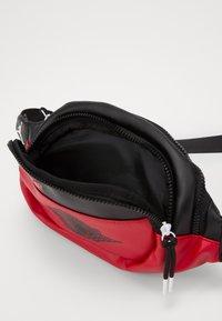 Jordan - CROSSBODY - Ledvinka - black/gym red - 2