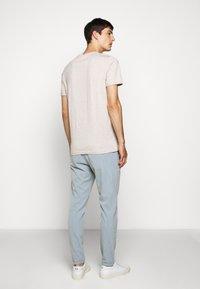 Les Deux - PIECE - Basic T-shirt - light brown melange/navy blue - 2