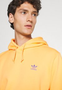 adidas Originals - ESSENTIAL HOODY UNISEX - Sweat à capuche - hazy orange - 3
