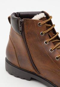 Geox - RHADALF - Šněrovací kotníkové boty - browncotto - 5