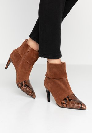 VANESSA FOLD DOWN - Stiefelette - brown