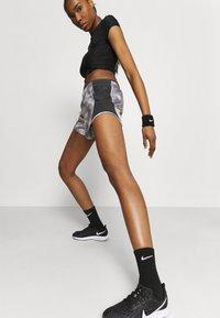 Nike Performance - ICON CLASH 10K SHORT - Korte sportsbukser - light smoke grey/dark smoke grey - 3