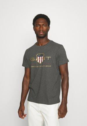 ARCHIVE SHIELD - T-shirts med print - antracit melange