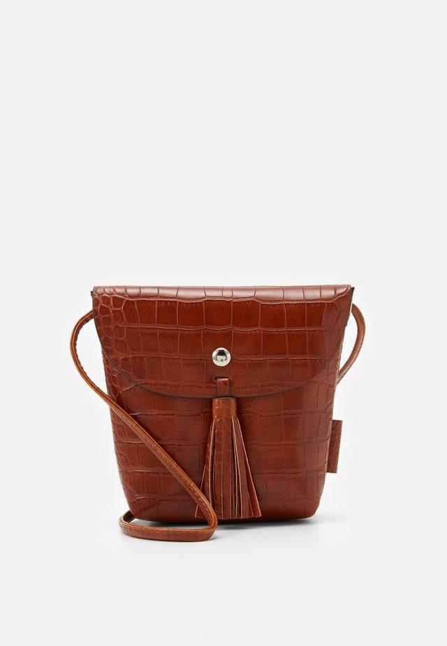 IDA CROC - Across body bag - cognac