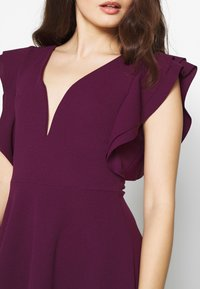 WAL G PETITE - FRILL SLEEVES V NECK FIT AND FLARE DRESS - Denní šaty - plum - 4