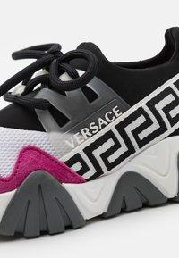 Versace - UNISEX - Tenisky - black/white/hibiscus - 5