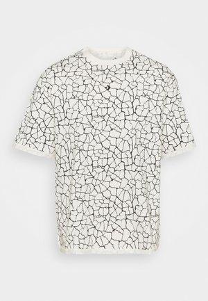 CROSSOVER PRINT TEE UNISEX - Print T-shirt - egret