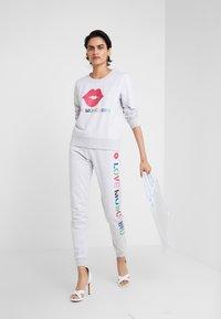 Love Moschino - JOGGER LIP - Pantalon de survêtement - light grey - 1