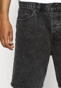 Carhartt WIP - NEWEL PARKLAND - Farkkushortsit - black worn - 3