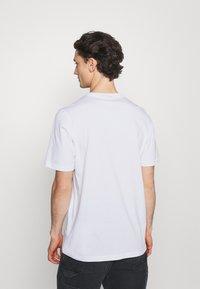 adidas Originals - TREF OMBRE UNISEX - T-shirt med print - white - 2