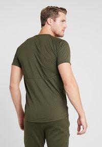 Puma - EVOSTRIPE TEE - Basic T-shirt - forest night - 2