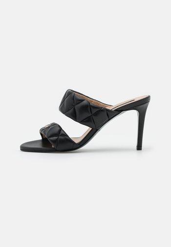 Pantofle na podpatku