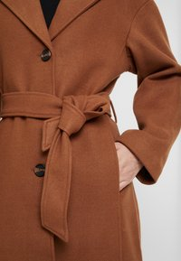 KIOMI - Classic coat - dark brown/camel - 5