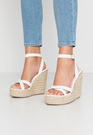 WIDE FIT ELISHA - Korolliset sandaalit - white