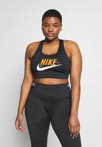 Nike Performance - PLUS SIZE BRA - Sujetador deportivo - black/safety orange/white - 0