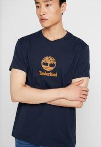 Timberland - STACK LOGO TEE - T-shirt con stampa - dark sapphire - 5