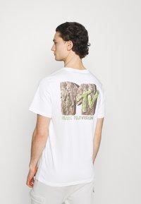 Cotton On - COLLAB MUSIC - Print T-shirt - vintage white - 0